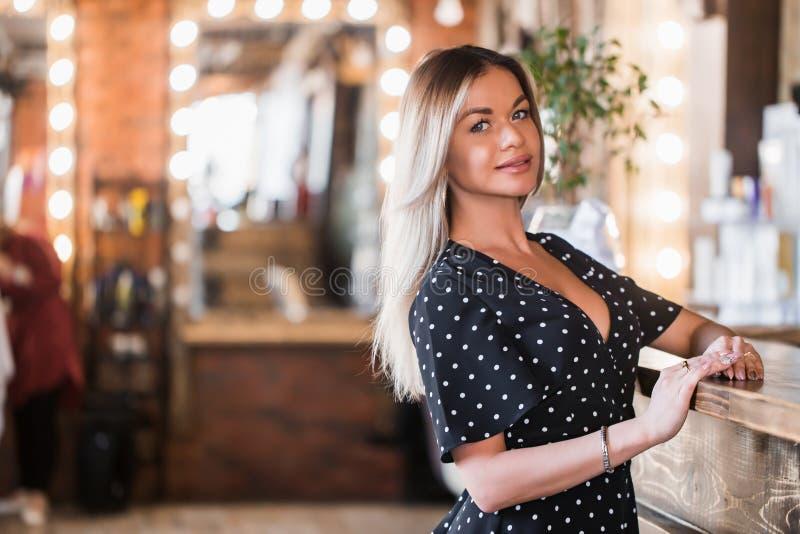 Sehr schöne sexy Blondine, die Kamera mit Lächeln betrachten stockfotos