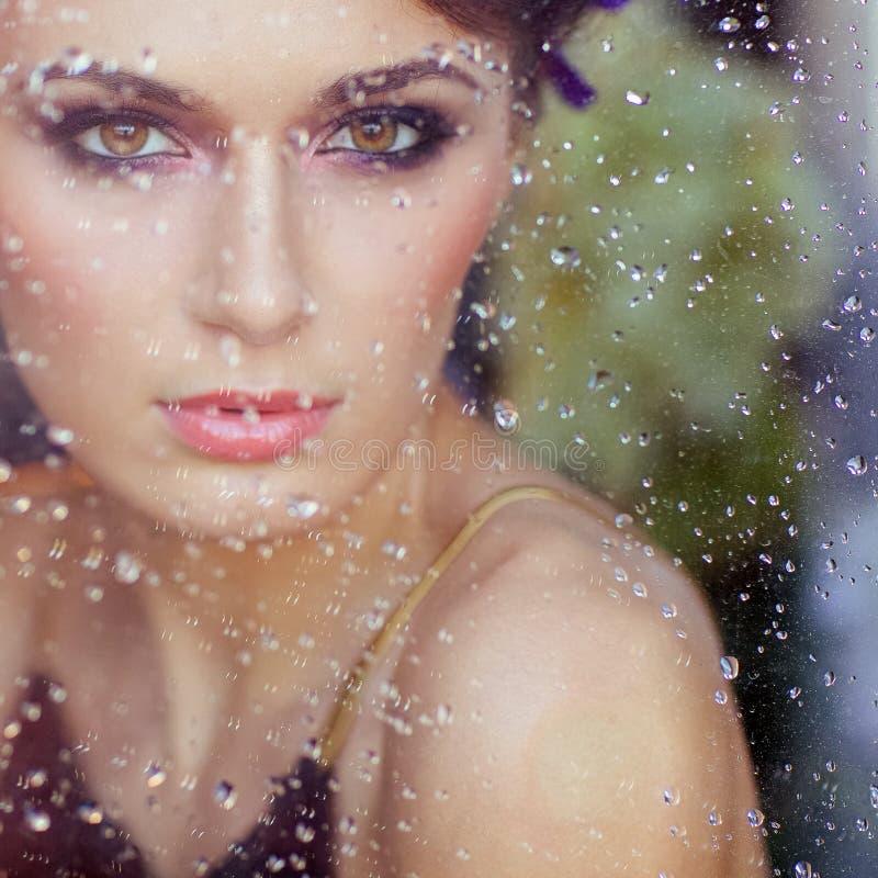 Sehr schöner Brunette mit Glas, das Abwasser fallenläßt, Clo lizenzfreies stockfoto