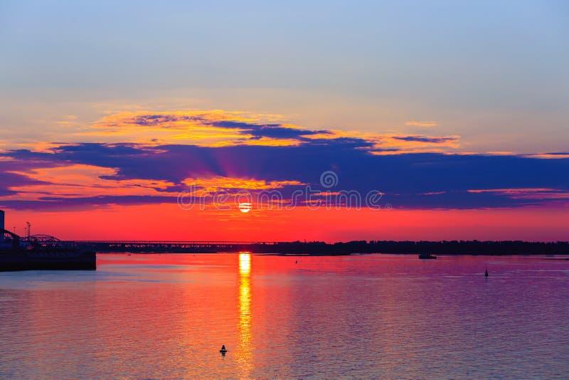 Sehr schöner Sonnenuntergang über dem Fluss stockfotos