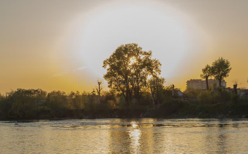 sehr schöner und bunter Sonnenaufgang über dem Fluss stockfotografie
