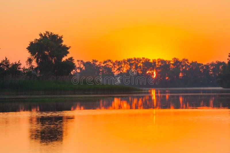 Sehr schöner und bunter Sonnenaufgang lizenzfreie stockfotos