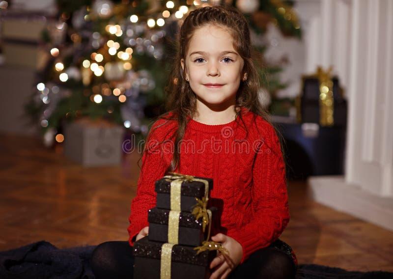 Sehr schönes langhaariges Mädchenlächeln und Halten eines Geschenks in neuem stockbilder