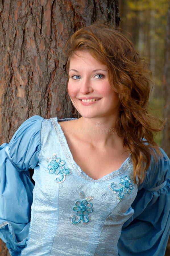 Sehr schönes Mädchen im mittelalterlichen Kleid lizenzfreies stockbild