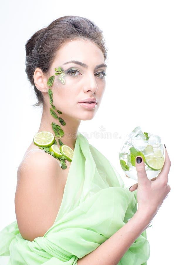 sehr schönes Mädchen mit einem Cocktail auf dem Hintergrund stockbild