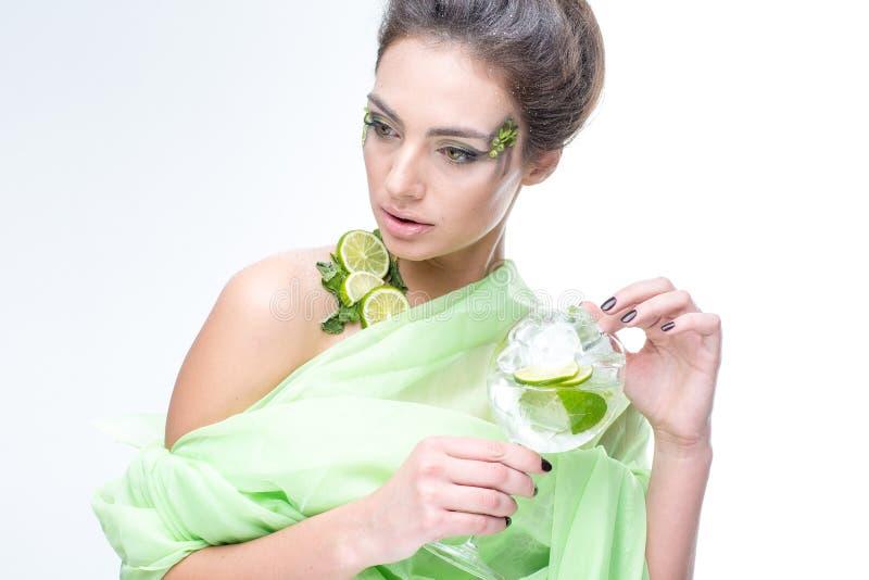 sehr schönes Mädchen mit einem Cocktail auf dem Hintergrund lizenzfreie stockfotos
