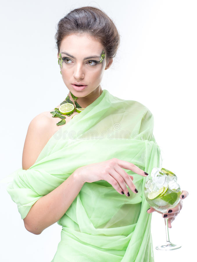 sehr schönes Mädchen mit einem Cocktail auf dem Hintergrund lizenzfreies stockfoto