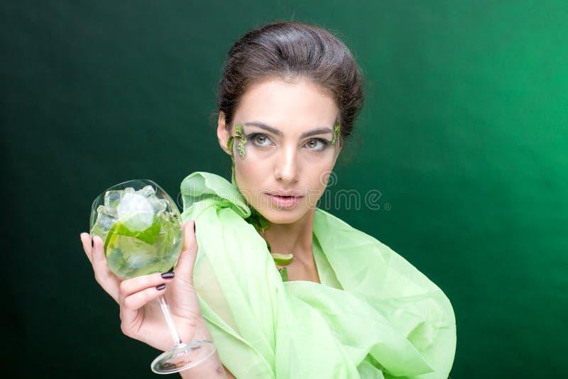 sehr schönes Mädchen mit einem Cocktail auf dem Hintergrund lizenzfreies stockbild