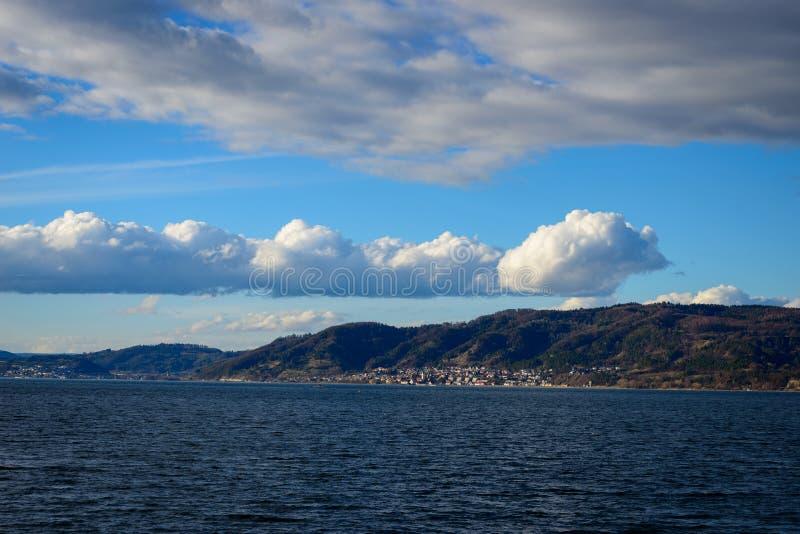Sehr scharfe Kumuluswolken über dem Ufer stockfotografie