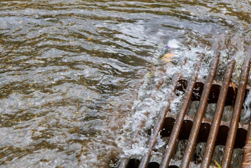 Sehr schwerer Niederschlag das Wasser sofort verursacht durch Abflüsse des starken Regens in die Abwasserkanäle lizenzfreie stockfotos