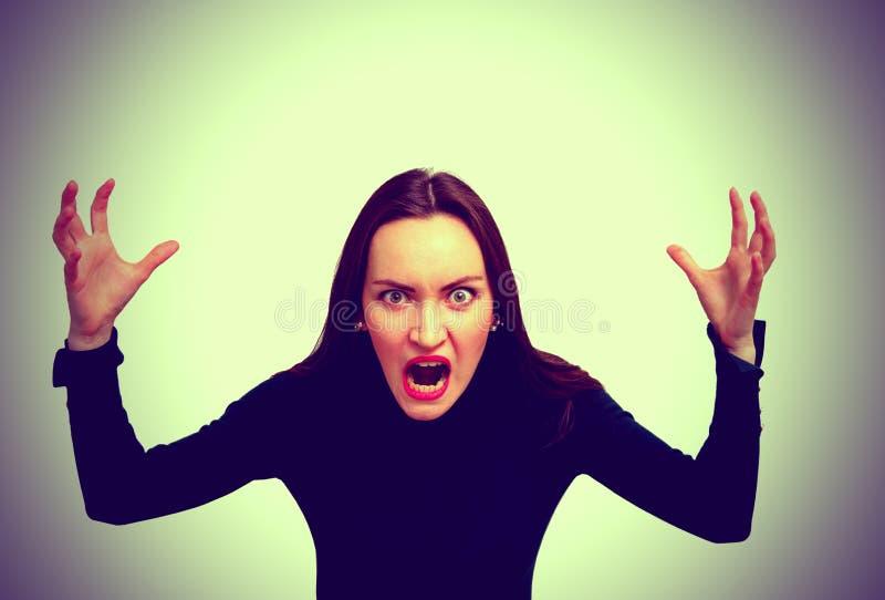 Sehr verärgerte Frau, die im Horror, Grimassenporträt schreit Negatives menschliches Gefühl stockbilder