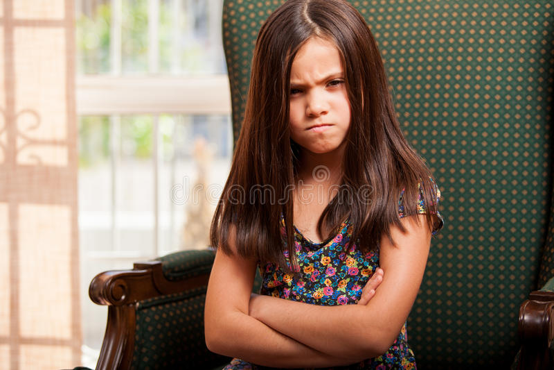 Sehr verärgertes kleines Mädchen stockfoto