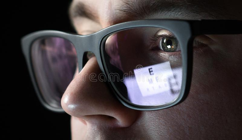 Sehtest- und Prüfungskonzept Schließen Sie oben vom Mann mit Gläsern stockbild