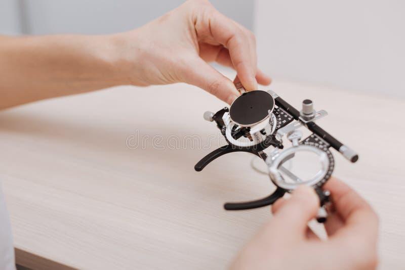 Download Sehtestschauspiele, Die Von Einem Optiker Gehalten Werden Stockbild - Bild von optician, apparat: 90235121