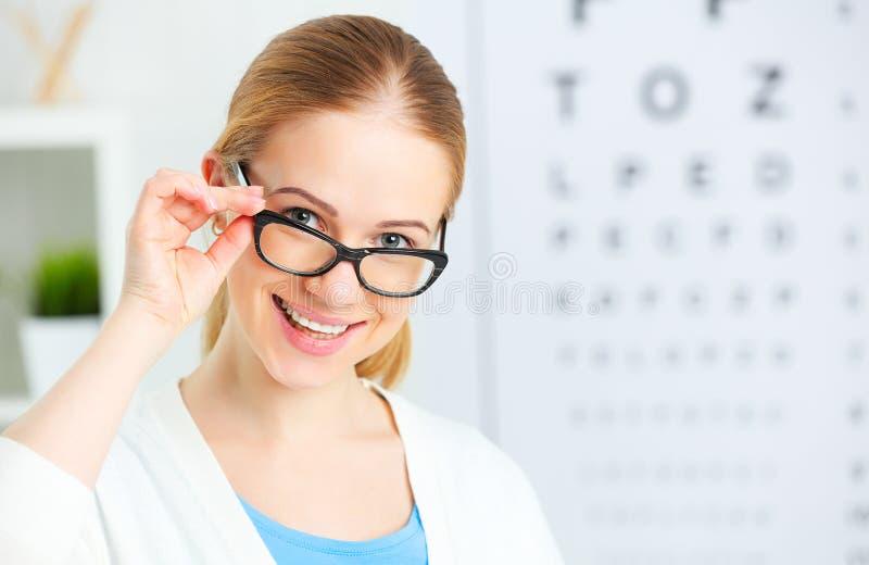 Sehvermögenkontrolle Frau in den Gläsern an Doktoraugenarzt Optik stockfoto