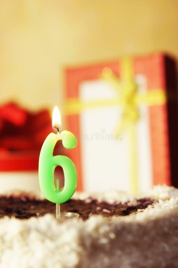 Sei anni Torta di compleanno con la candela burning immagini stock libere da diritti