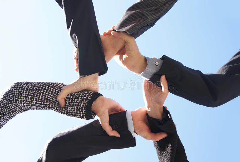 Sei businesspersons che tengono insieme le loro mani immagini stock libere da diritti