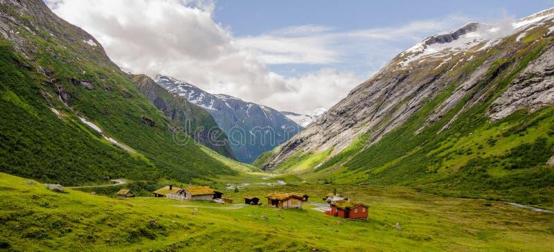 Sei case di legno nella valle immagine stock libera da diritti