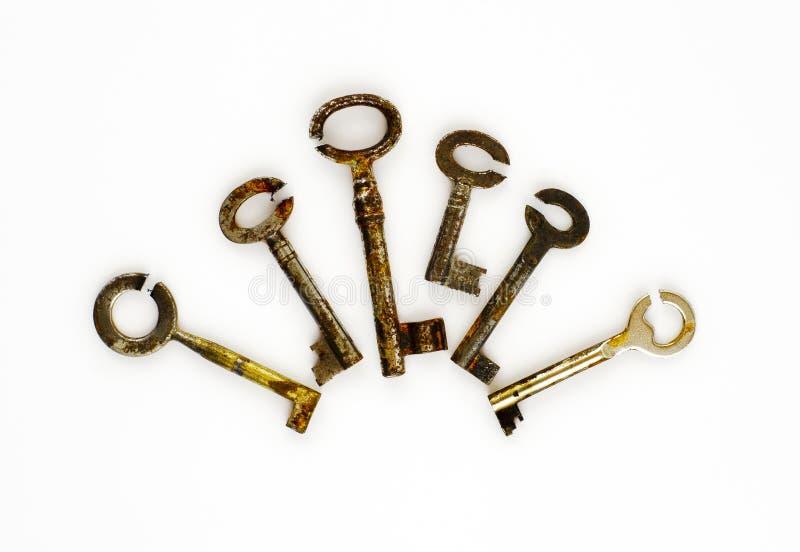 Sei chiavi arrugginite con i pizzichi da parte a parte circondati del taglio fotografia stock libera da diritti