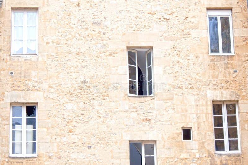 Sei finestre in una parete, alcune di loro aperti fotografia stock