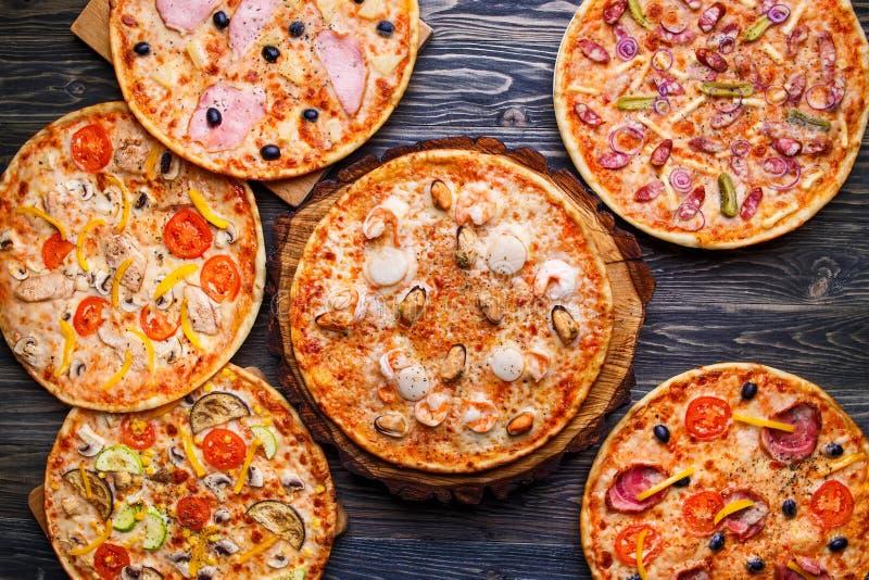 Sei pizze differenti hanno messo per il menu sulla tavola di legno Le FO italiane fotografia stock libera da diritti