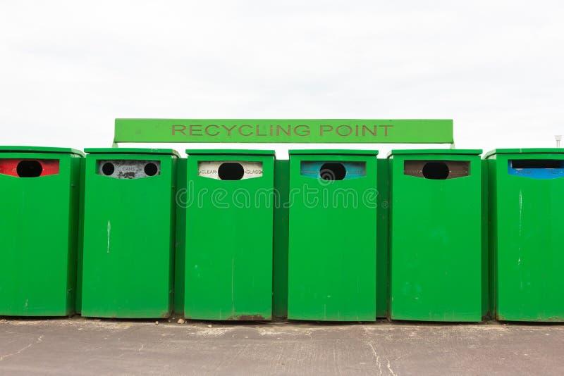 Sei recipienti di riciclaggio verdi riciclando punto per raccogliere rifiuti fotografia stock libera da diritti