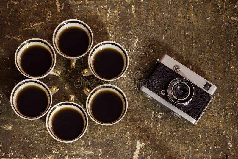 Sei tazze di caffè con una macchina fotografica fotografia stock