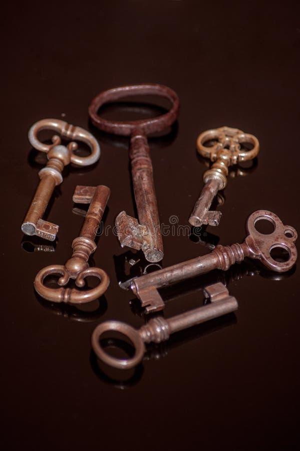 Sei vecchie chiavi arrugginite fotografia stock libera da diritti