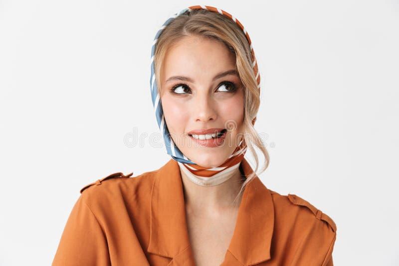 Seiden-Schalaufstellung der glücklichen jungen blonden hübschen Frau tragende lokalisiert über weißem Wandhintergrund stockbild