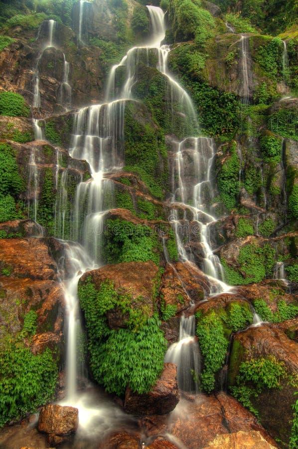 Seidiger kaskadierenwasserfall stockfotografie
