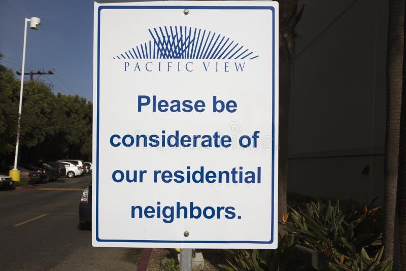 Seien Sie bitte von den Wohnnachbarn, Verkehrsschild, Ventura, Kalifornien, USA rücksichtsvoll lizenzfreie stockfotos