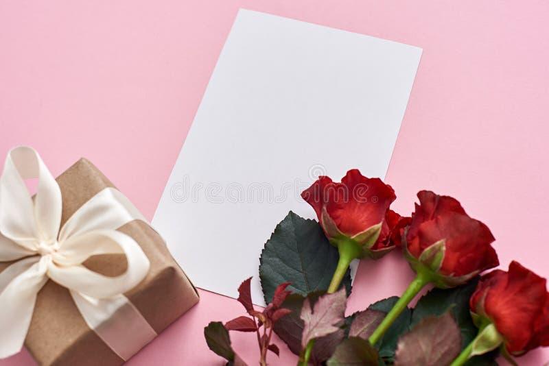Seien Sie romantisch Draufsicht des Geschenksatzes für sie: neue rote Rosen-, Geschenkbox- und Papieranmerkung für Liebesbrief lizenzfreie stockfotos