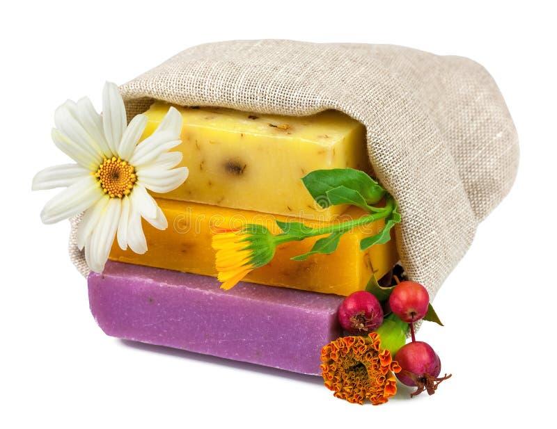 Seife im Sack mit Blumen und Beeren lizenzfreie stockfotos