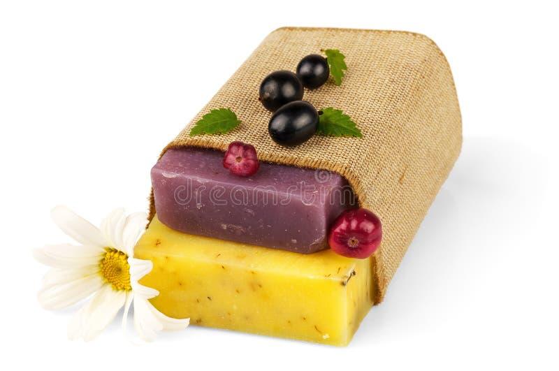Seife im Sack mit Kamille und Beeren lizenzfreie stockfotos