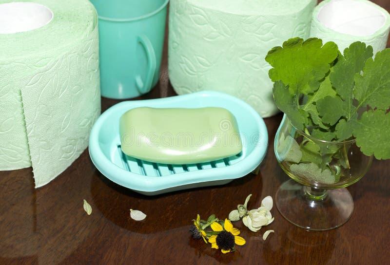 Seife, Toilettenpapier und eine Schale auf einer Poliertabelle stockbilder
