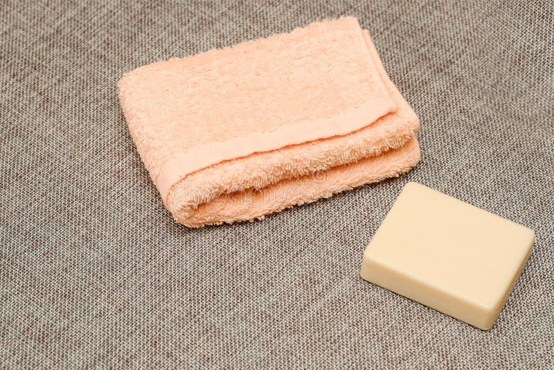 Seife und Tuch Duschzubehör Hygieneeinzelteile lizenzfreie stockfotografie