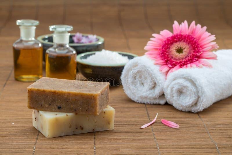 Seife, Wasserschüsselporzellan, ätherisches Öl, Tuch für Gesundheitsbadekurort lizenzfreie stockfotografie