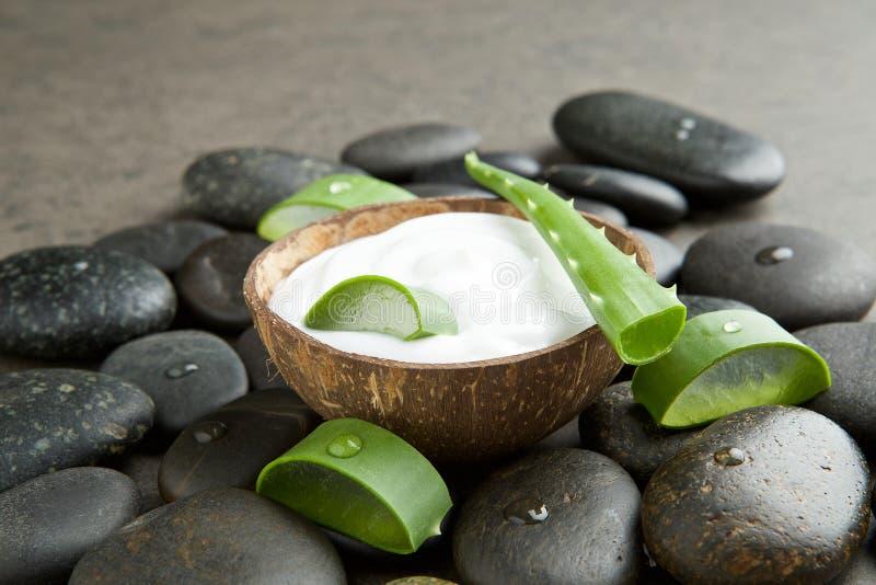 Seifen-, Tuch- und Blumenschneeglöckchen schneiden Sie Aloe Vera auf weißer Creme im Kokosschaleesprit stockfoto
