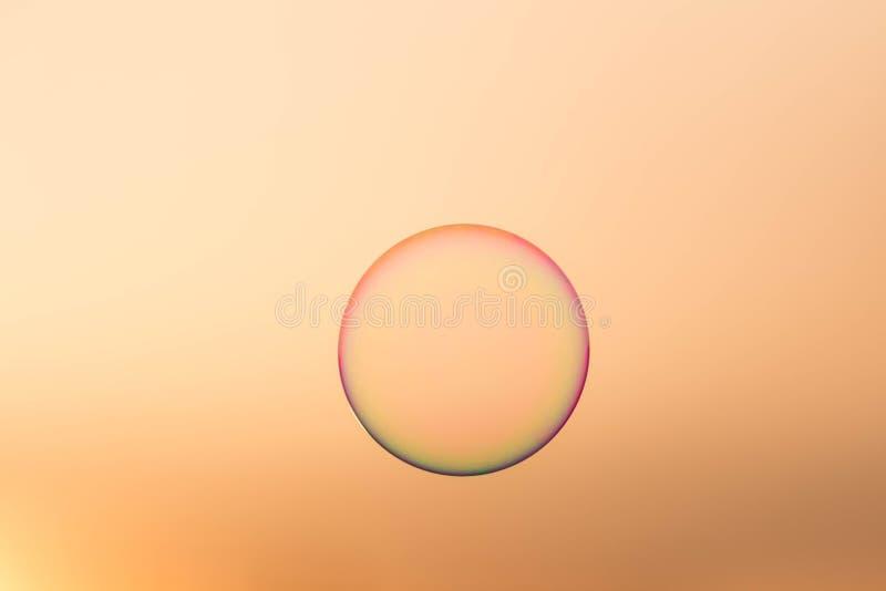 Seifenblase lokalisiert im schönen Sonnenunterganghimmel lizenzfreies stockbild