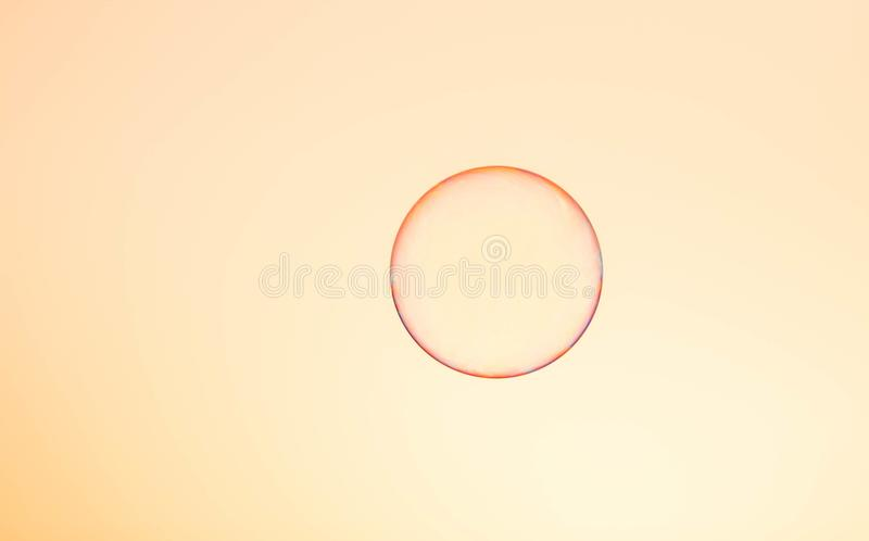 Seifenblase lokalisiert im Sonnenunterganghimmel lizenzfreies stockfoto