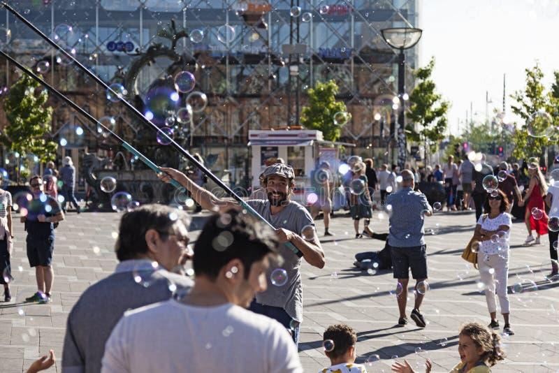 Seifenblasekünstler füllt das Quadrat mit Seifenblasen lizenzfreies stockbild