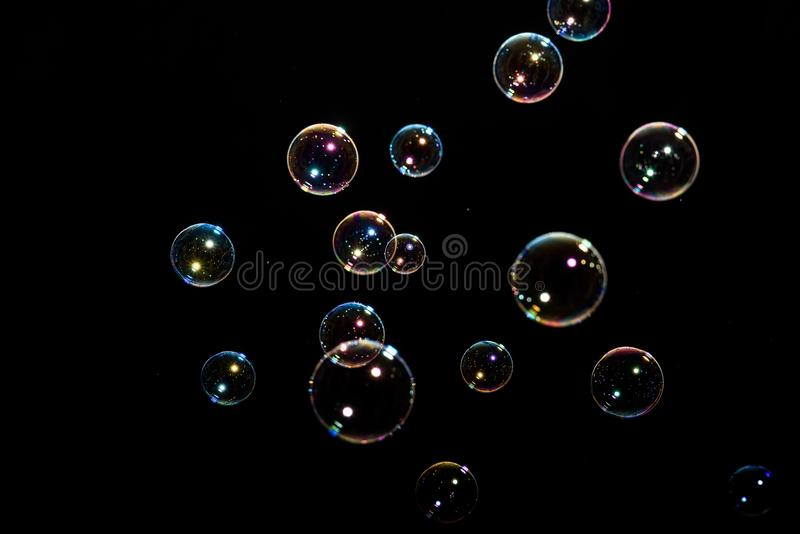 Seifenluftblasen auf schwarzem Hintergrund lizenzfreie stockfotografie