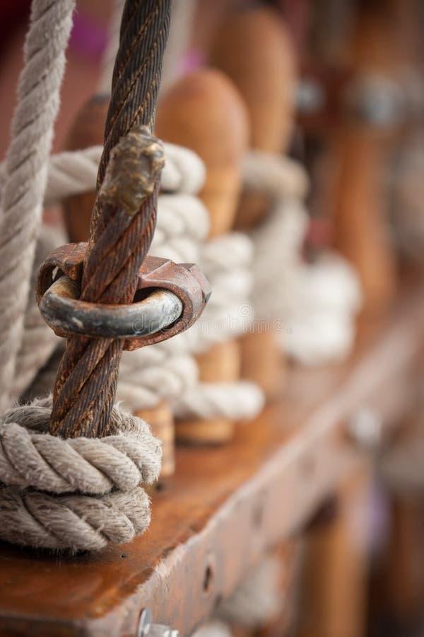 Seil auf einem Schiff stockbild
