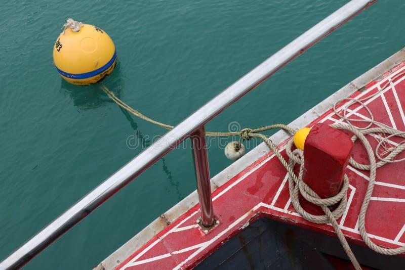 Seil band das Ausflugboot in die Liegeplatzbojen stockbilder