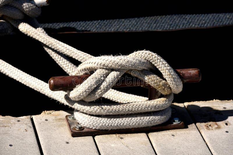 Seil geknotet an einem Pier Mit Schiffspoller lizenzfreies stockfoto