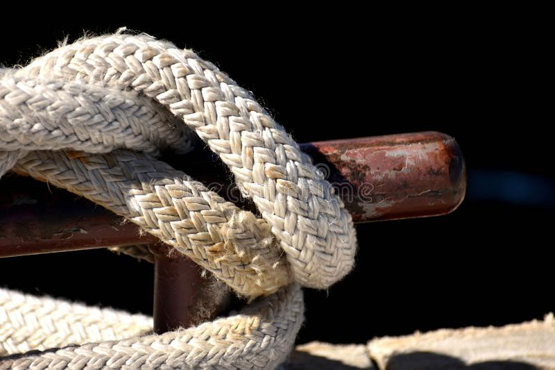 Seil geknotet an einem Pier Mit Schiffspoller stockbild