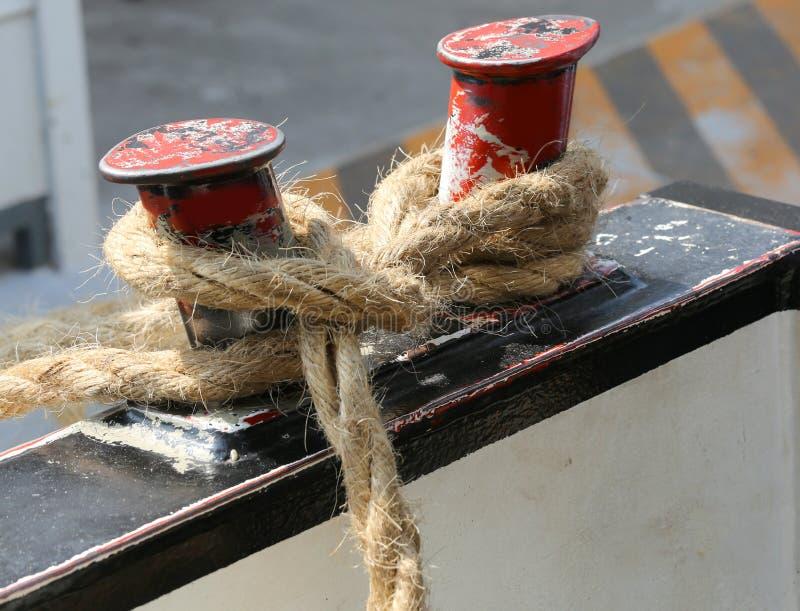 Seil geknotet, um das Boot am Dock festzumachen stockfotografie
