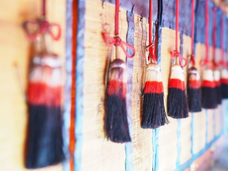 Seil mit der Quaste, die über Bambushintergrund hängt lizenzfreies stockfoto
