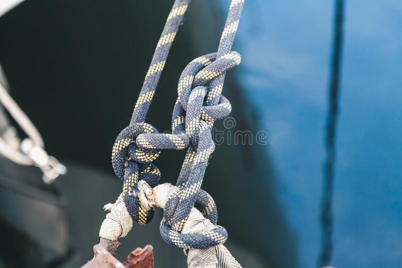 Seil mit zwei Blau geknotet auf einer Yacht stockbild