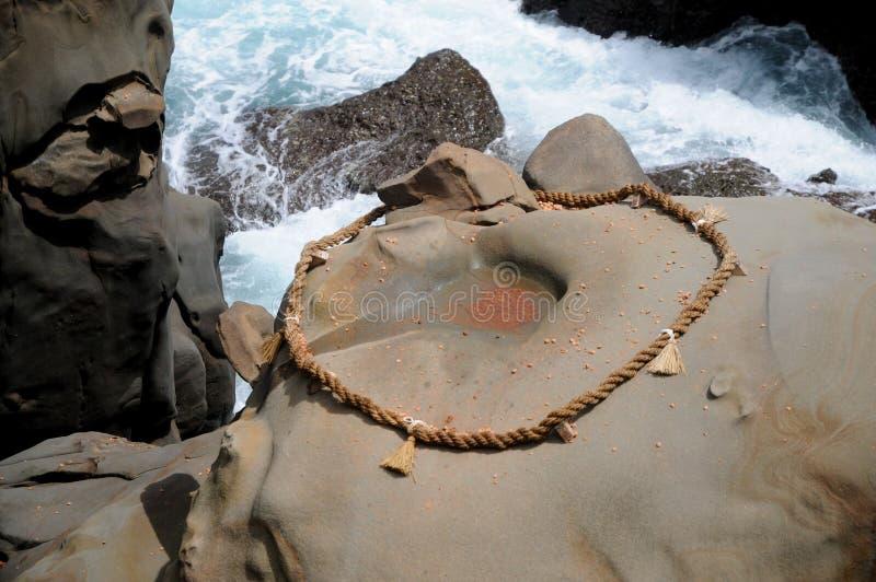 Seil und Felsen bei Udo Jingu - shintoistischer Schrein gelegen in Miyazaki, Japan Leute werfen Münzen in den Kreis für das Erhal stockfoto