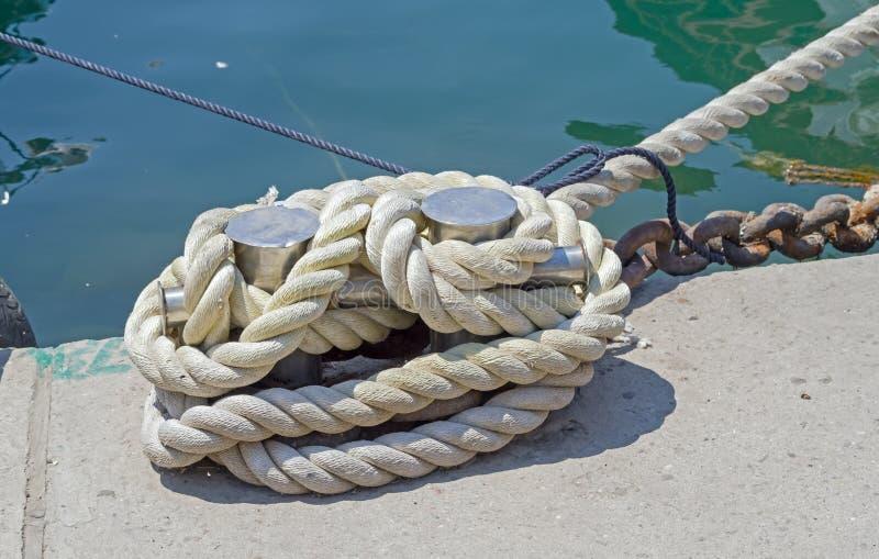Seil und Schiffspoller stockbilder